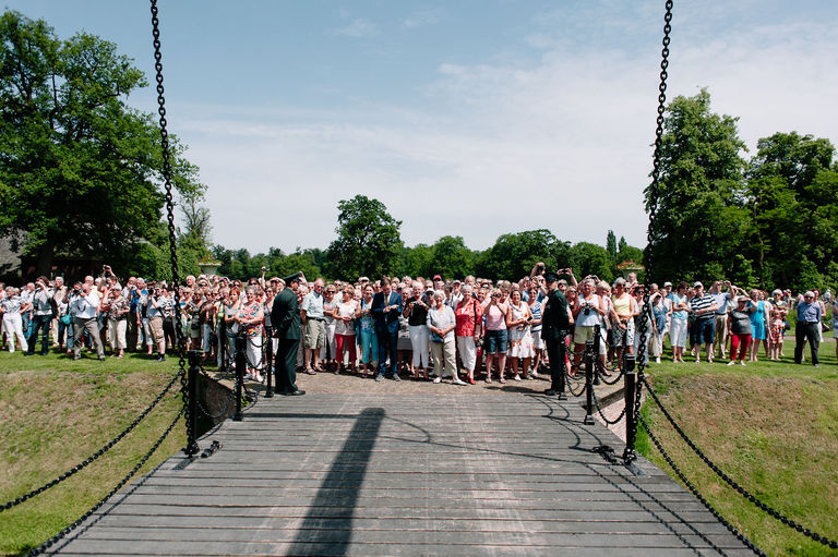 delden residents outside twickel castle