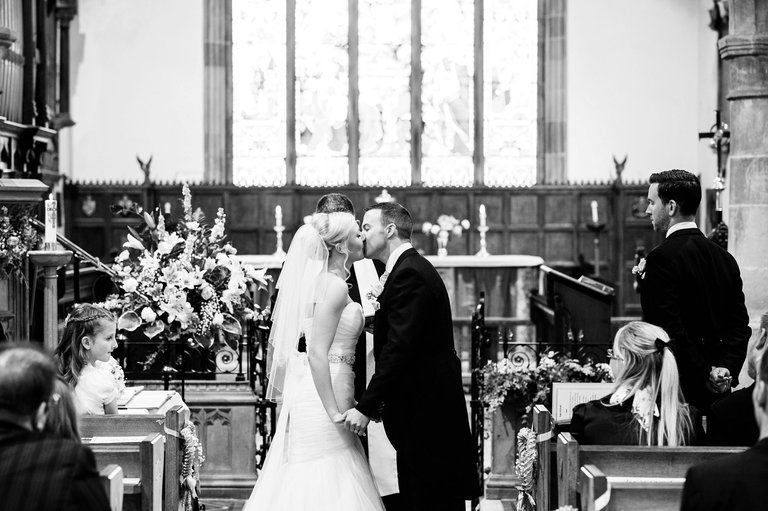 Derbyshire wedding first kiss
