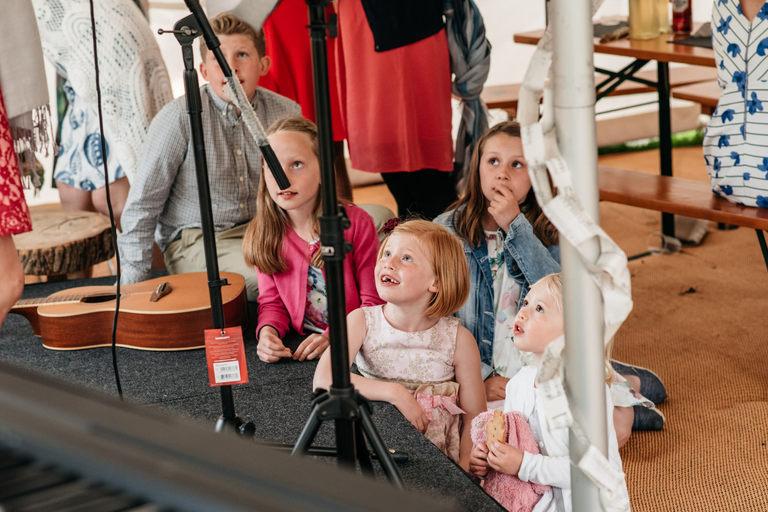 kids watching wedding singer