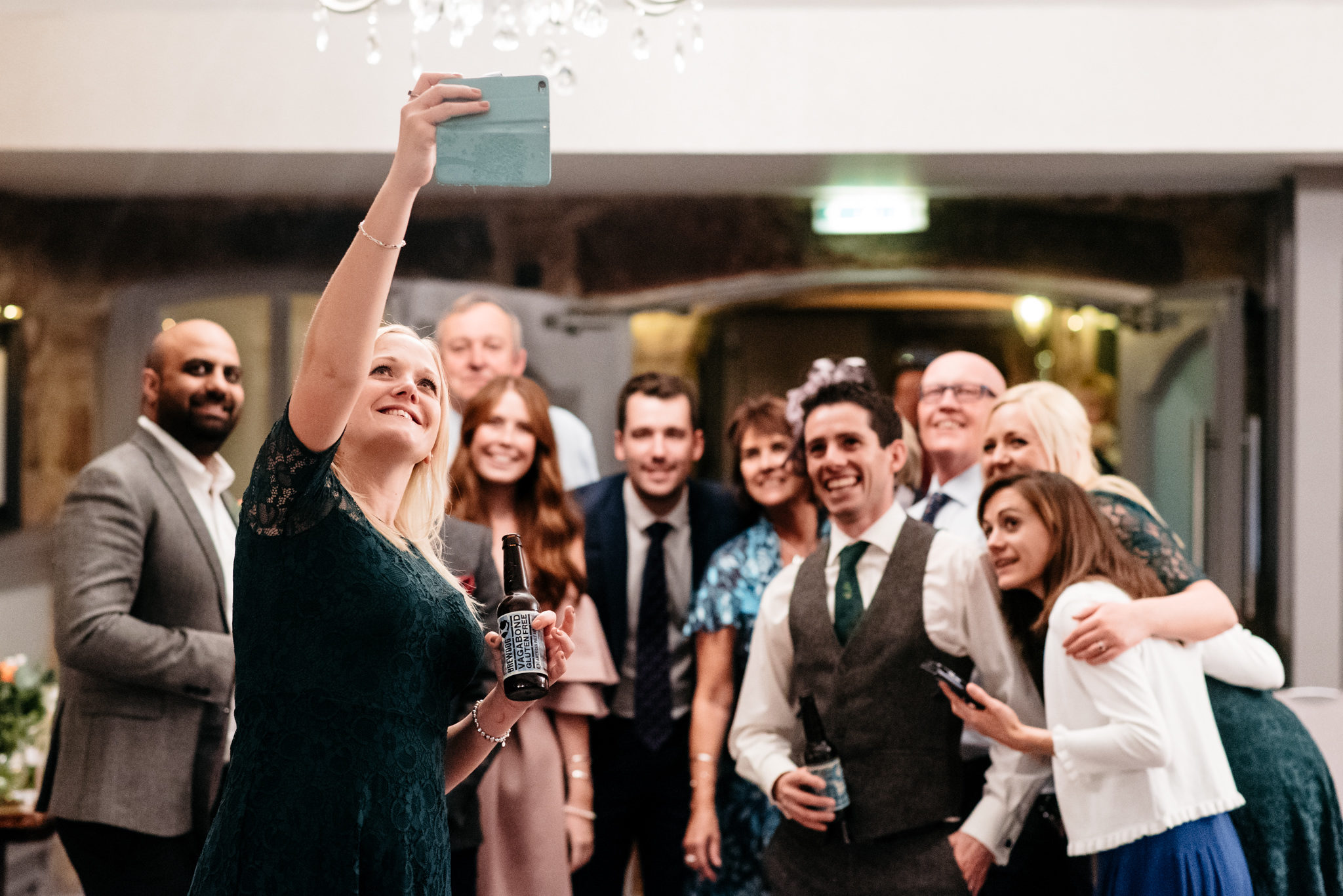 bride's sister takes big group selfie